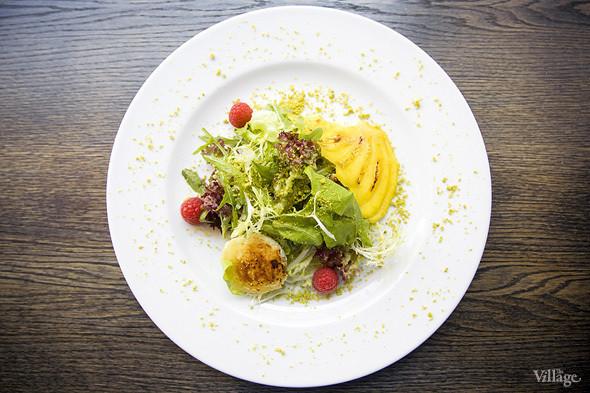 Листья салата с жареным сыром кротан де шевр и манго — 610 рублей