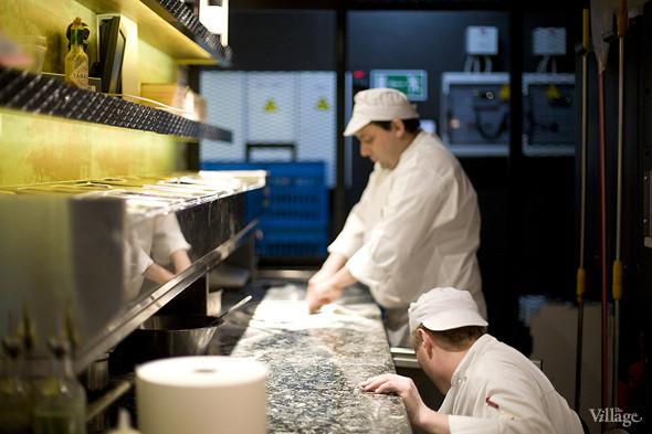 За работой пиццайоло в Barmalini можно наблюдать, сидя за любым из столиков: кухня в пиццерии сделана открытой