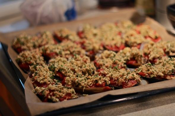 Запеченные мидии с сыром и томатами. Изображение № 2.