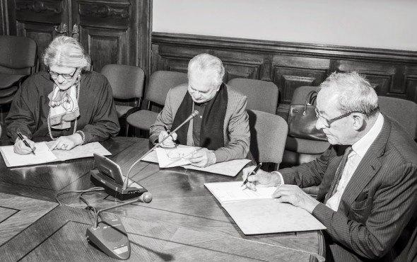 Хедвиг Фейен (Manifesta, Нидерланды), Михаил Пиотровский и Каспер Кёниг подписывают кураторское соглашение. Изображение № 1.