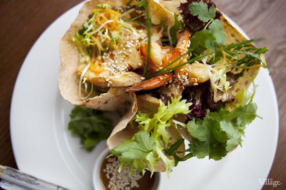 Азиатский салат с фунчозой, курицей, креветками, манго, кальмарами и грибами шиитаке — 380 рублей. Изображение № 19.