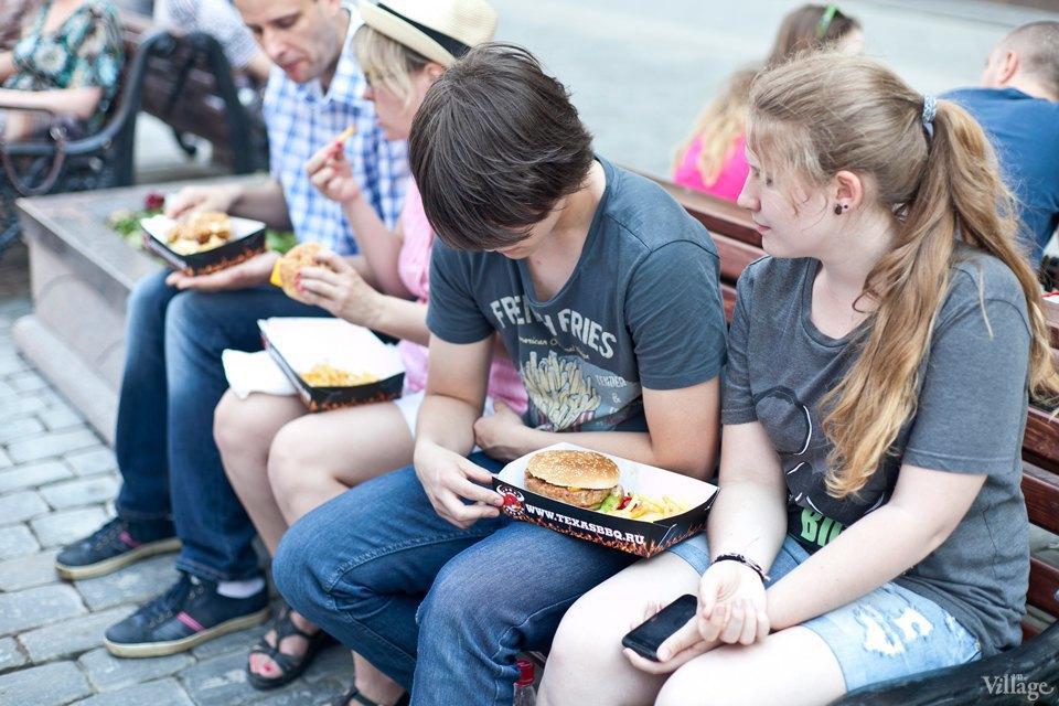 Между булок: 6 бургеров сфестиваля на Кузнецком Мосту. Изображение № 34.