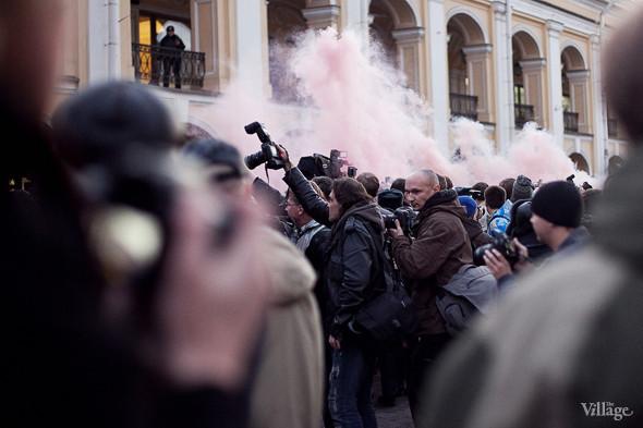 В толпе зажгли фаеры. Группа ОМОНа, расталкивая людей, вбегает в толпу, чтобы схватить инициаторов.. Изображение № 15.