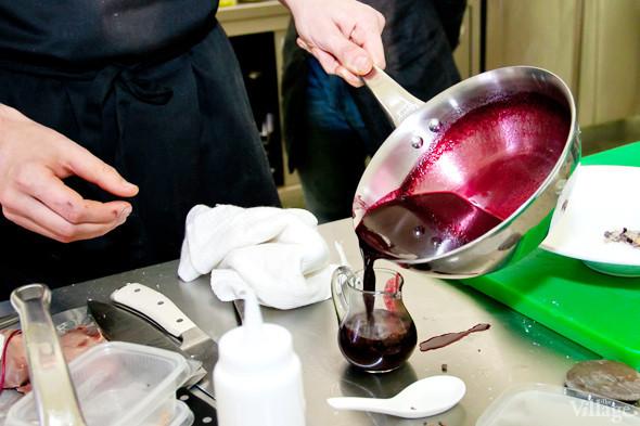 Omnivore Food Festival: Иван Березуцкий готовит суп из черноплодной рябины и нутрию в бересте. Изображение № 34.