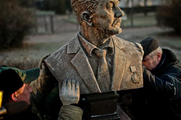 Падение кумиров: В парке «Музеон» демонтировали незаконные памятники. Изображение № 7.