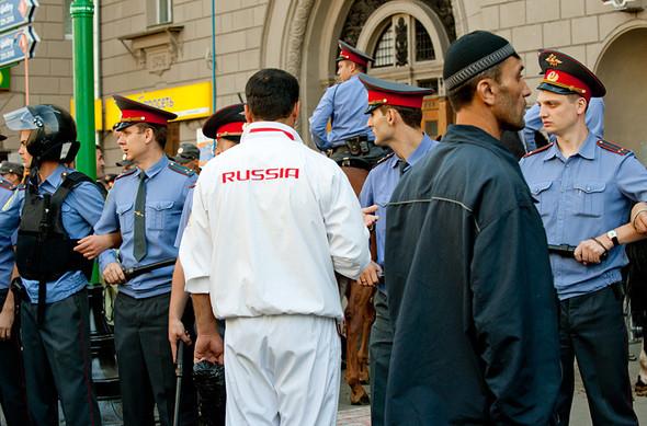 Парень в олимпийке Russia пытается уговорить полицию пропустить его вне очереди. Ничего не получается.. Изображение № 15.
