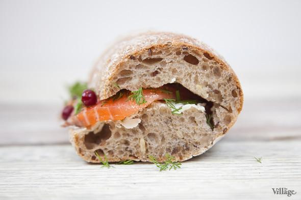 Сэндвич из зернового багета с лососем, сливочным сыром и брусникой — 150 руб. / 130 руб. навынос. Изображение № 3.