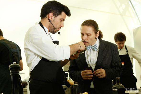 Omnivore Food Festival: Майкл Гринвольд и Симоне Тондо готовят орзотто из ячменя и тартар из голубя. Изображение № 8.