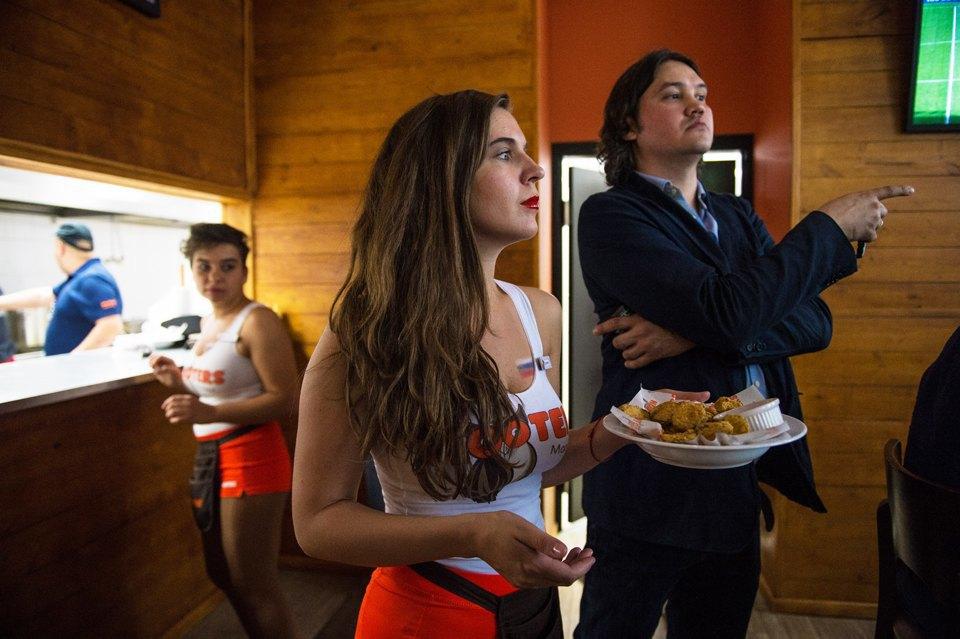 Полуголая правда: Как откровенно одетые официантки работают вмужском баре. Изображение № 8.