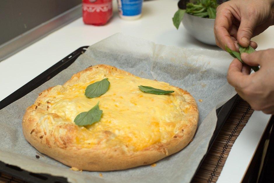 Повар LookAtMedia готовит пиццу «Четыре сыра» ичизкейк изроссийских продуктов. Изображение № 9.