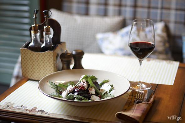 Свекольный салат с козьим сыром — 340 рублей и вино Барбера д`Асти — 1 356 рублей за бутылку