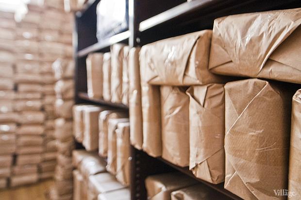 В подсобные помещения книги доставляют со двора — туда приезжают все грузовики, груженные литературой. Изображение № 7.