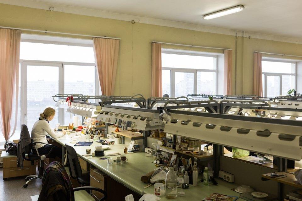 Как делают сервизы истатуэтки наИмператорском фарфоровом заводе. Изображение № 13.