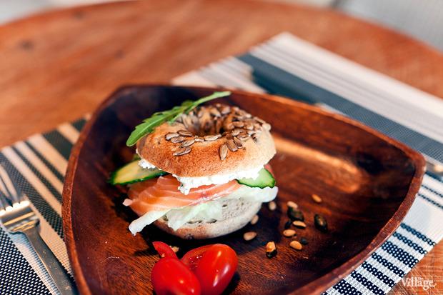 Ржаной бейгл с лососем и сливочным сыром —170 рублей. Изображение № 16.