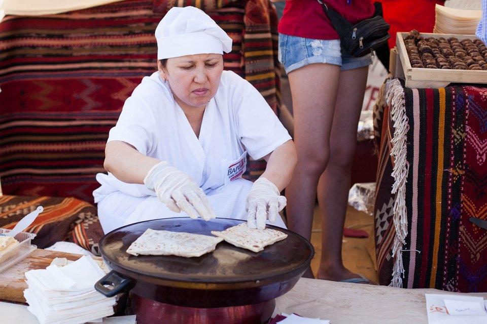 Повар в кафе «Бардак» готовит гёзлеме — традиционные турецкие лепешки с начинками. Изображение № 5.