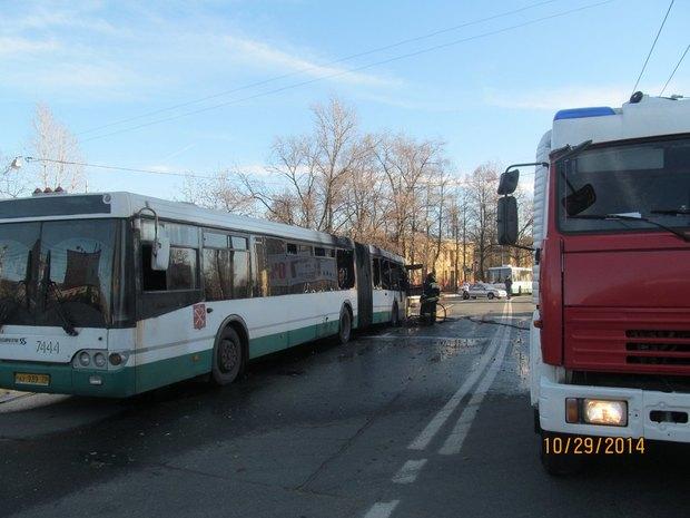 Наулице Седова горел пассажирский автобус . Изображение № 2.