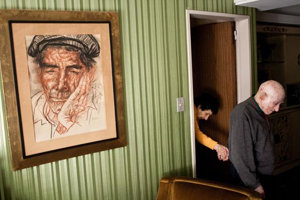 Алехандро Кирчук, Аргентина. Маркус и Моника женаты 65 лет. Муж ухаживает за женой, находящейся на последней стадии болезни Альцгеймера. Изображение № 7.