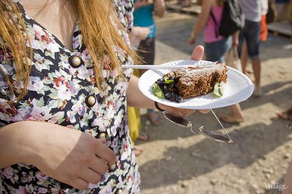 Пирог «Шоколадный капрезе», украшеный сахарной пудрой, мятой и черникой, стоил в домашней кондитерской 150 рублей за кусок. Изображение № 1.