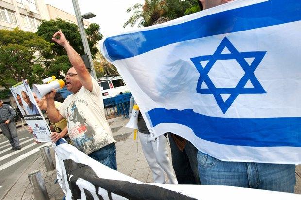 Как у них: Чего требуют на митингах жители Афин, Минска, Тель-Авива и Гонконга. Изображение № 2.