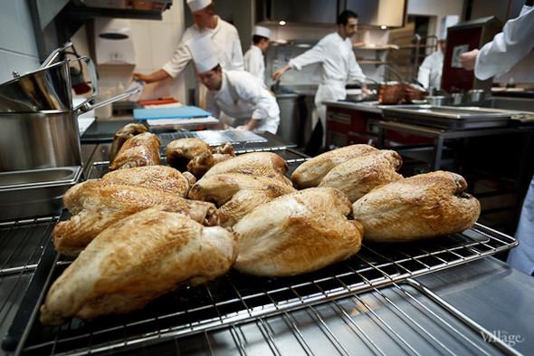 На кухне трудятся около 10 человек. Дюкасс и Александр Николя управляют процессом. Работники в основном французы и швейцарцы.