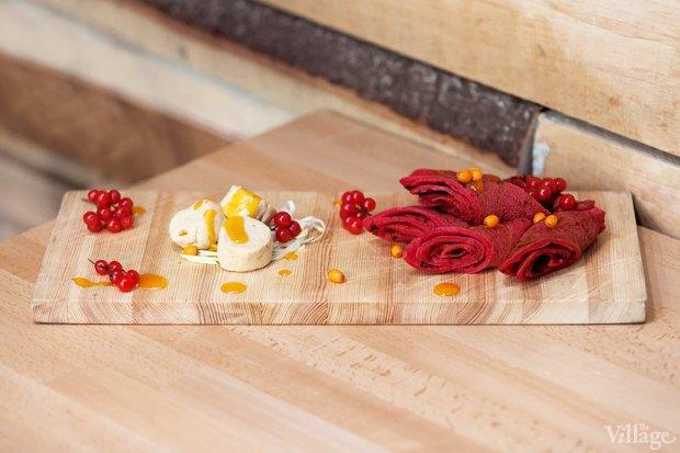 Свекольные блины с гусиным паштетом и джемом из тыквы и облепихи. Изображение № 2.