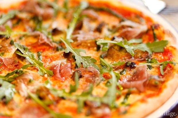 Пицца с пармской ветчиной, белыми грибами, шампиньонами, рукколой и соусом «Песто» — 410 рублей. Изображение № 30.
