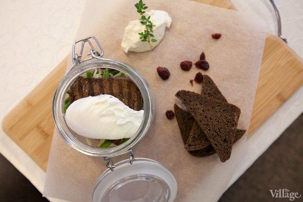 Копченое мясо со стручковой фасолью и яйцом пашот — 450 рублей. Изображение № 10.