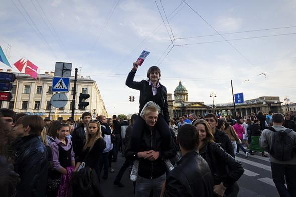По мере удаления от метро цены на билеты падают до 150–200 рублей. Спекулянты держат на руках по четыре-пять билетов, которые сбывают солидным дядям и тётям, стремящимся затесаться в толпу выпускников на Дворцовой.