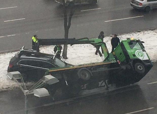 В Москве при погрузке Audi перевернулся эвакуатор. Изображение № 1.