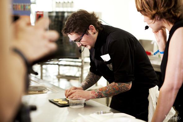 Omnivore Food Festival: Алекс Жилюк готовит картофельные оладьи с чёрной икрой и баллотин из ягнёнка. Изображение № 3.