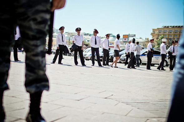 Чтобы перекрыть все улицы, к полицейским присоединяются курсанты МВД.. Изображение № 16.