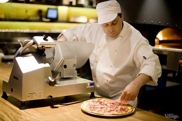 Сверху на пиццу укладывается парма, она не запекается вместе со всей пиццей