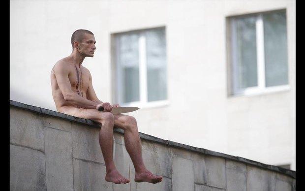 Пётр Павленский отрезал себе мочку уха вовремя акции «Отделение». Изображение № 2.