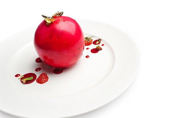 Карамельный шар с клубничным щербетом в ресторане «Турандот». Изображение № 27.
