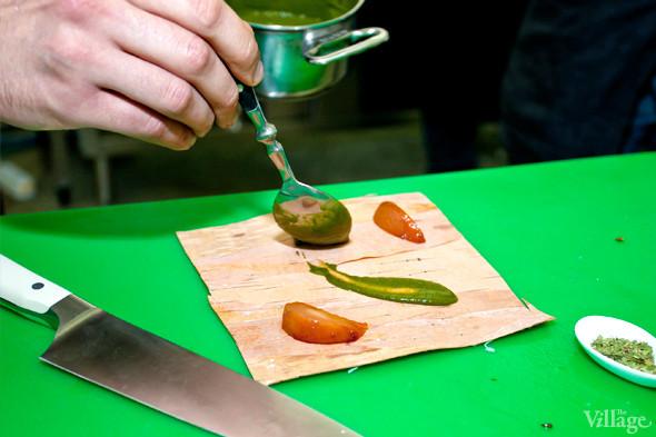Omnivore Food Festival: Иван Березуцкий готовит суп из черноплодной рябины и нутрию в бересте. Изображение № 8.
