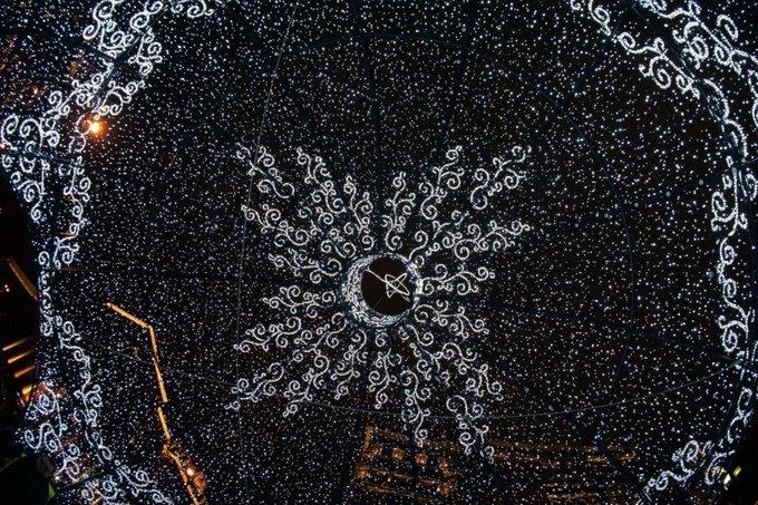 Огромный ёлочный шар наМанежной площади. Изображение № 3.