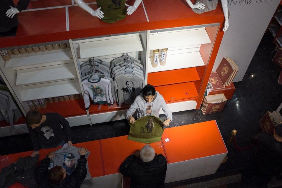 Съёмный патриотизм: Кто и зачем покупает одежду с Путиным. Изображение № 11.