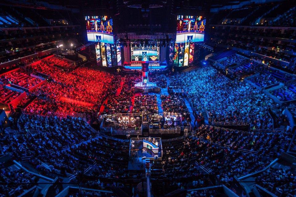 World Finals 2013 проходил в Staples Center, число зрителей в зале 12 тысяч человек, за онлайн-трансляцией следили 32 миллиона. Изображение № 1.