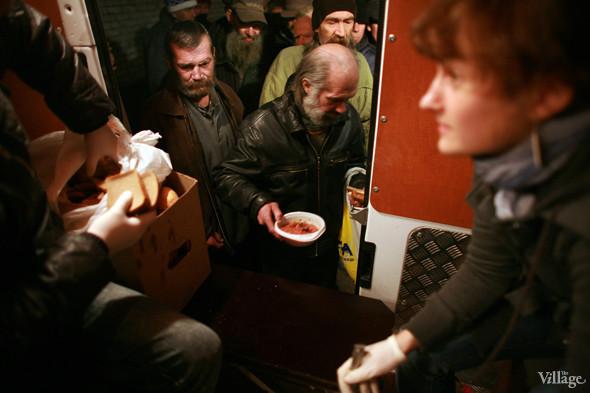 Ночной рейс: Волонтёры и бездомные автобуса «Ночлежка». Изображение № 13.