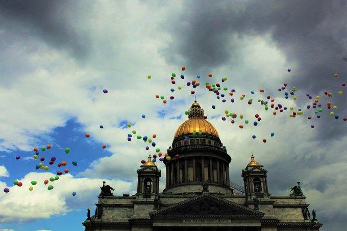 ЛГБТ-активисты запустили разноцветные воздушные шары перед Исаакиевским собором. Изображение № 2.