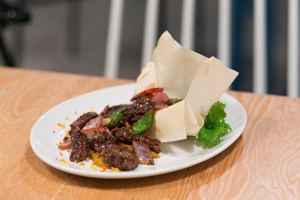 Говядина в соусе black pepper с рисом и овощами — 480 рублей. Изображение № 8.