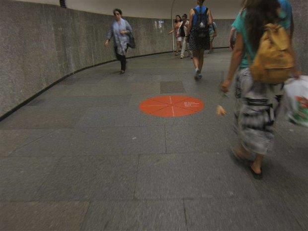 В петербургском метро появилась напольная реклама. Изображение № 1.