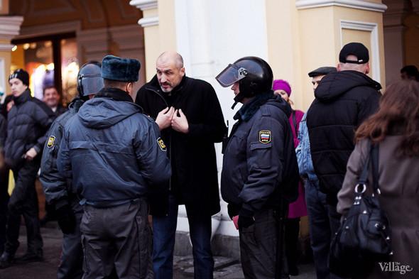 Сотрудники полиции объясняют человеку, что если он не покинет область проведения митинга, то они будут вынуждены принять меры.. Изображение № 1.