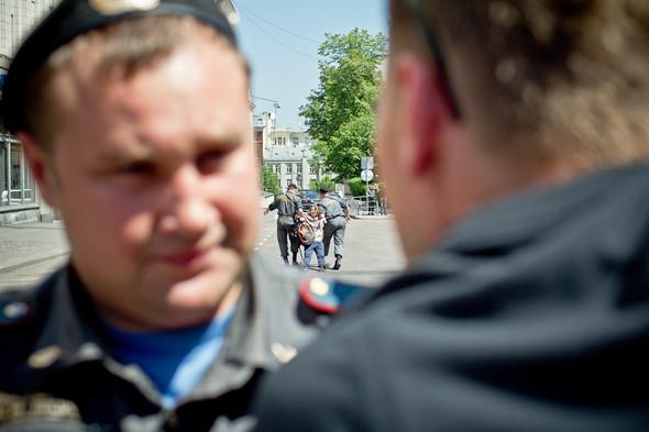 Акция перемещается на Тверскую площадь, проход  к памятнику Долгорукому закрывают. Первого, кто высказывается в поддержку геев, тут же скручивают и отправляют в автобус. . Изображение № 4.