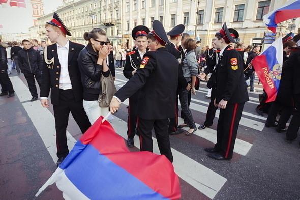 Курсанты Суворовского училища тоже при параде: ещё днем им вручили аттестаты зрелости на Дворцовой площади. По традиции клятва воспитанника сопровождается звоном монет, которые бросают о землю.