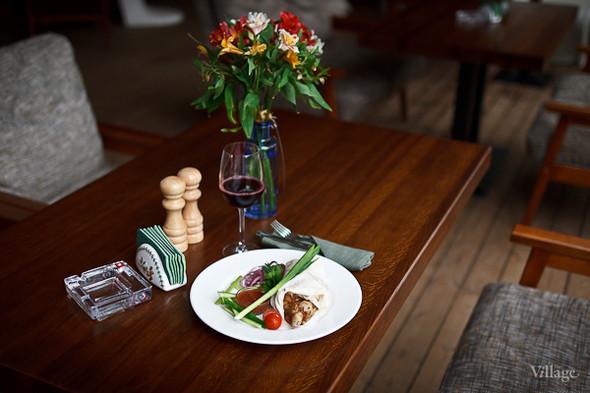 Кебаб из курицы — 340 рублей, красное вино Caubernet Sauvignon Casa Verde — 250 рублей за бокал. Изображение № 33.