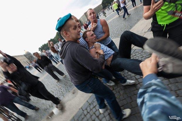 Фото дня: Десантники пытались избить гей-активиста на Дворцовой. Изображение № 13.