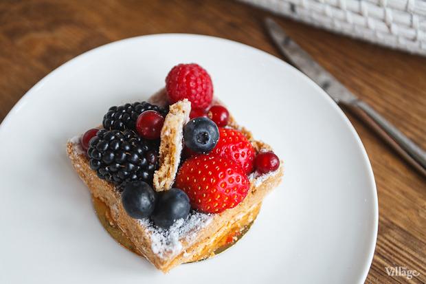 Тарталетка по-французски со свежими ягодами и ежевичным фланом — 360 рублей. Изображение № 33.