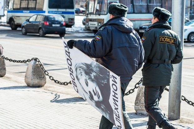 Падение рубля, домашний арест Навального и пресс-конференция Путина о ситуации на Украине. Изображение № 4.