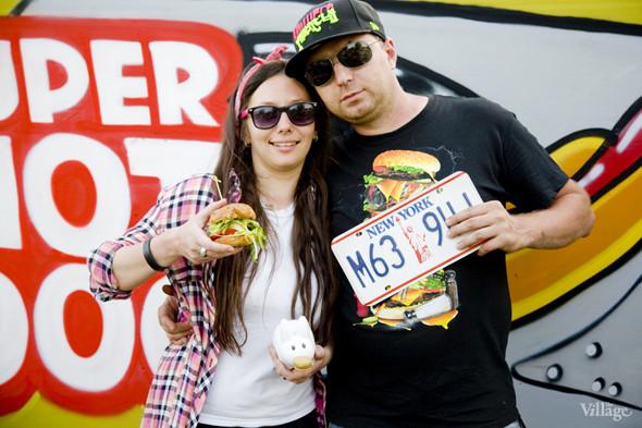 Кулинарное теле-шоу Super Hot Dog Show на Пикнике записывало свой второй выпуск под названием NY street food BBQ. На фотографии — ведущие Женя Юркина и Федор Тардатьян. Изображение № 44.